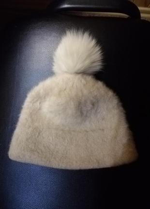 Кремовая шапочка с натуральным бубунчиком
