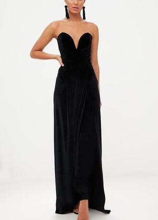 Чёрное длинное бархатное платье с открытыми плечами