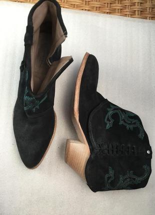Кожаные сапоги с вышивкой liebeskind