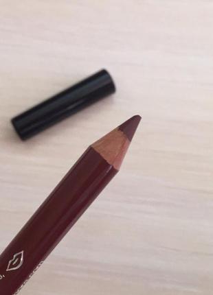 Коричневий олівець для губ, коричневый карандаш для губ.
