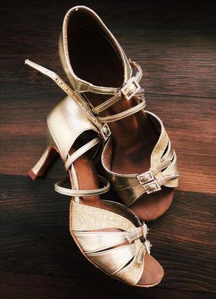 Танцевальные туфли для латины