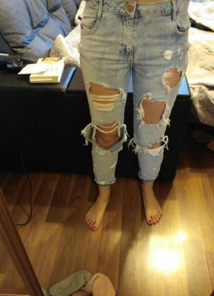 Очень рваные легкие джинсы бойфренд