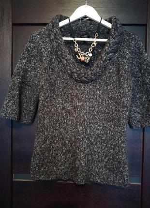 Меланжевый свитер с воротом косичкой и рукавом три четверти.