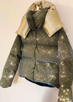 Блестящий короткий пуховик оверсайз куртка дутый объемный с капюшоном люрекс золотой