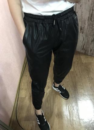 Кожаные брюки карго zara