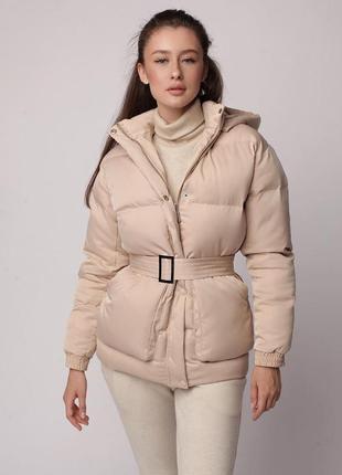 Трендовый короткий пуховик куртка объемный с капюшоном поясом карманами светлый бежевый