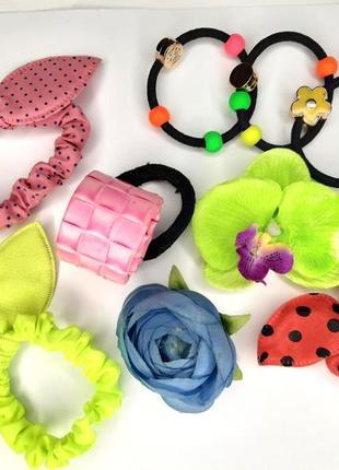 Яркий летний набор аксессуаров для волос: резинки, зажимы, цветы
