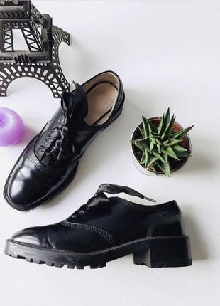 Очень класные лаковые туфли с лентами zara