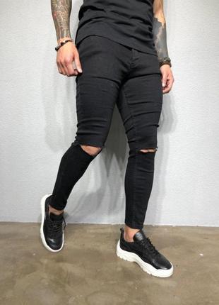 Черные джинсы  скини с рваными коленями