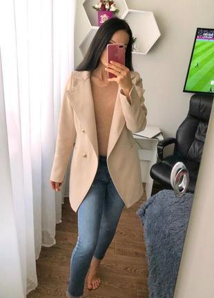 Бежевое пальто с пуговками