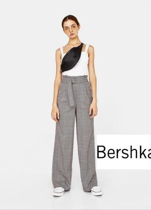 Широкие брюки с защипами на высокой посадке