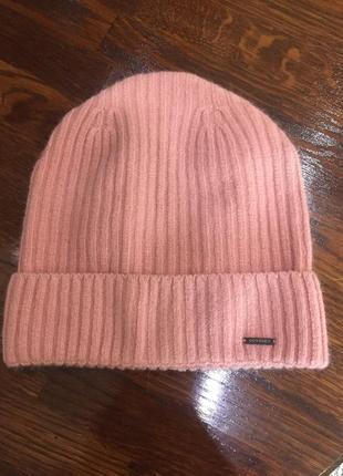 Пудровая женская шапка