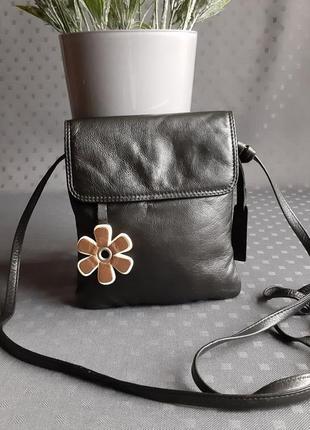 Кожаная красивая черная сумка с цветком на длинном ремешке фирмы taurus