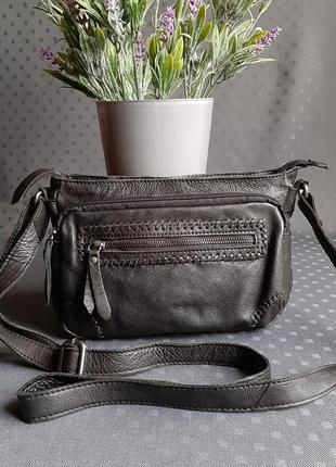 Кожаная красивая черная сумка кроссбоди фирмы  5th avenue в новом состоянии