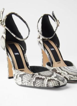 Кожаные туфли на высоком каблуке с квадратным носом змеиный принт