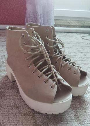 Стильные босоножки на шнурках