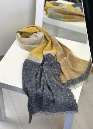 Желтый объемный шарф