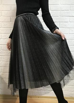 Плиссированная блестящая юбка