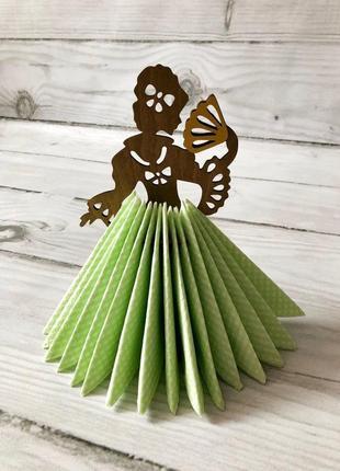 Салфетница красавица из дерева в пышном платье из салфеток