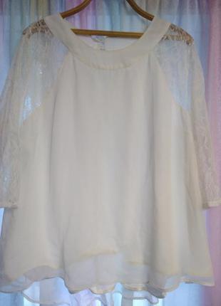 Молочно-белая блуза с кружевными рукавами
