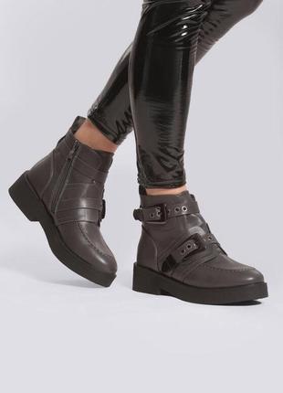 Новые шикарные женские демисезонные серые ботинки