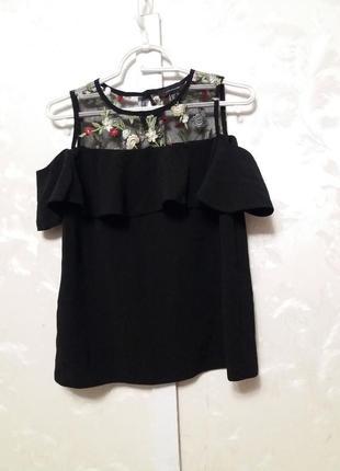 Блуза с воланом, открытыми плечами и вышивкой