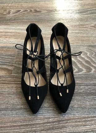 Элегантные черные эко замшевые туфли на каблуке на шнуровке с острым носком от atmosphere