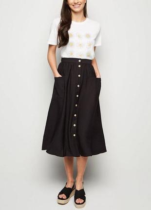 Стильная черная юбка миди с пуговицами ниже колен