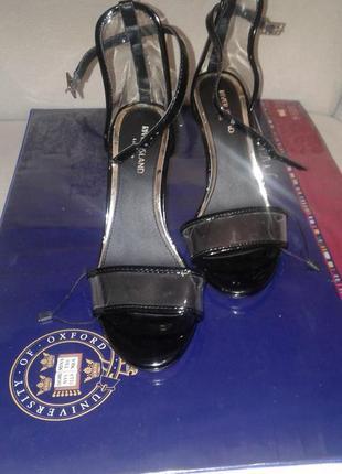 Босоножки с прозрачными вставками больше обуви в профиле