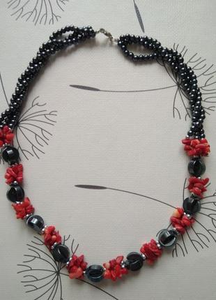 Стильного дизайна обворожительные бусы из коралла и гематита.