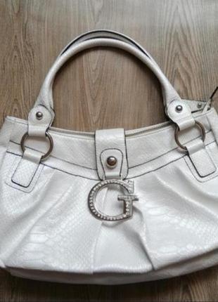 Красивая белая сумка от guess под кожу рептилии