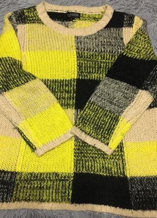 Яркий свитер к крупную клетку