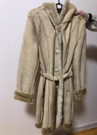 Дубленка фирменная замшевая на запах телесная с капюшоном пальто длинная с мехом