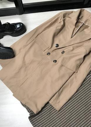 Двубортный бежевый пиджак