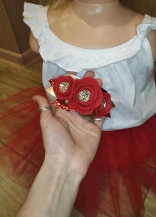 Наряд на один годик,повязка на голову с цветами и красная юпочка.платье на годик.