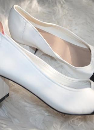 Черно булые туфли на низком каблуке