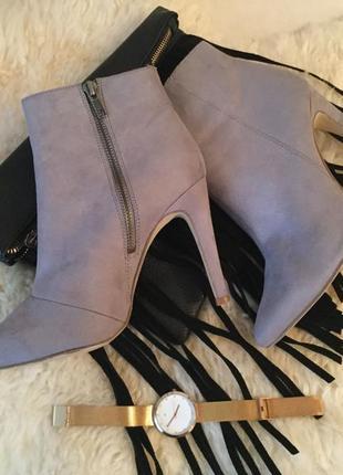 Нереально крутые стильные ботинки полусапожки на шпильке со змейками на р. 39-26см.🌹💋