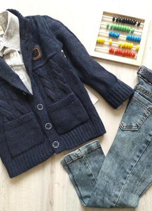Шикарный костюм, комплект для мальчика. джинсы, рубашка, свитер на пуговицах