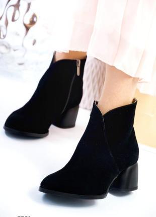 Деми ботинки на низком каблуке женские из натуральной замши