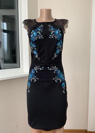 Красивое платье по фигуре с вышивкой