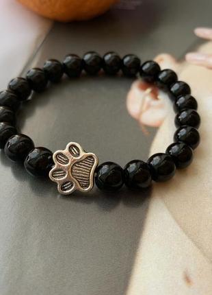 Женский браслет черного цвета кошачья лапка