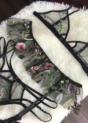 Эротичный комплект нижнего белья с вышивкой
