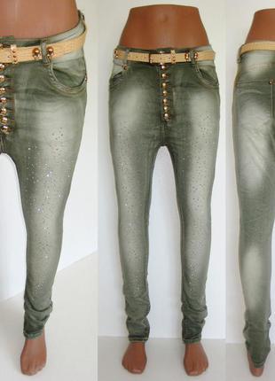 Женские джинсы с мотней и стразами
