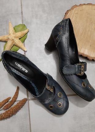 Кожаные туфли на каблучке с пряжкой
