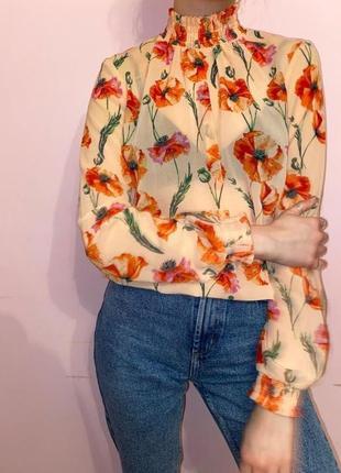 Блуза з красивими квітами та елегантними манжетами