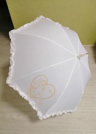 Белый свадебный зонтик.