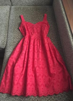 Яркое платье из прошвы