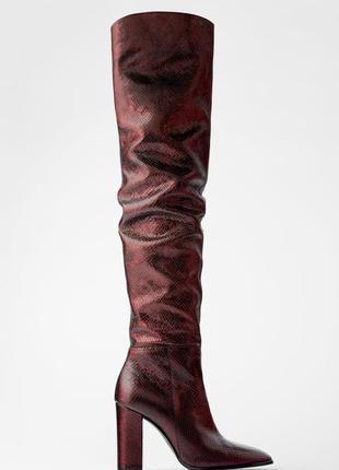 Кожаные ботфорты zara на высоком каблуке с тиснением