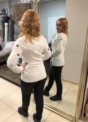 Белый пуловер в горошек
