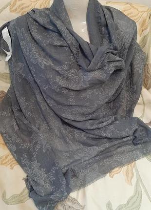 Тонкая серая шарф -палантина .